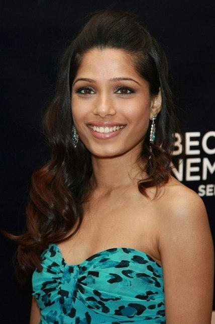 smiling freida pinto at awards function